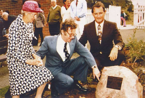 Mabel Kippax, Ernie Page (Mayor of Waverley Council) and Phil O'Sullivan OAM with the Alan Kippax Memorial Plaque