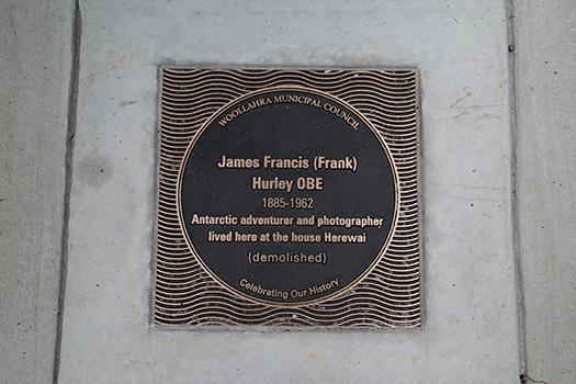 Plaque honouring photographer Frank Hurley unveiled in Point Piper